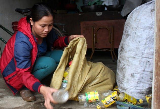 Chị Thúy đi thu gom ve chai kiếm tiền mua sữa cho các con hằng ngày