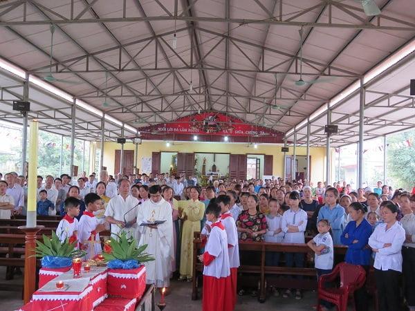 Hàng nghìn người cùng làm lễ cầu siêu cho các  thai nhi xấu số tại nhà nguyện thôn Phú Đa.