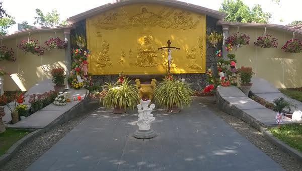 Khu Bàn Thờ, sát bên dưới bàn thờ là những bàn tay nơi an nghỉ của các thai nhi. (Hình: Gia Liêm/Người Việt)