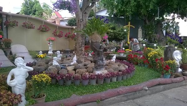 Hình ảnh ngộ nghĩnh làm nghĩa trang như một công viên mini. (Hình: Gia Liêm/Người Việt)