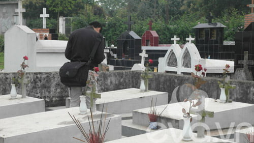 Chàng sinh viên hầu như tuần nào cũng xuống thăm các em nhỏ, lặng người chắp tay cầu nguyện