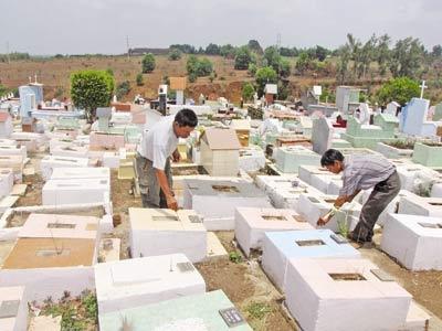 Nghĩa trang Đồng Nhi, anh Phụng (trái) và anh Lễ thắp nhang cho các cháu.