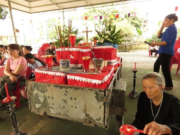 Những cỗ quan tài đặt tại sân Nhà thờ, chờ tới giờ làm lễ. Ảnh: ML