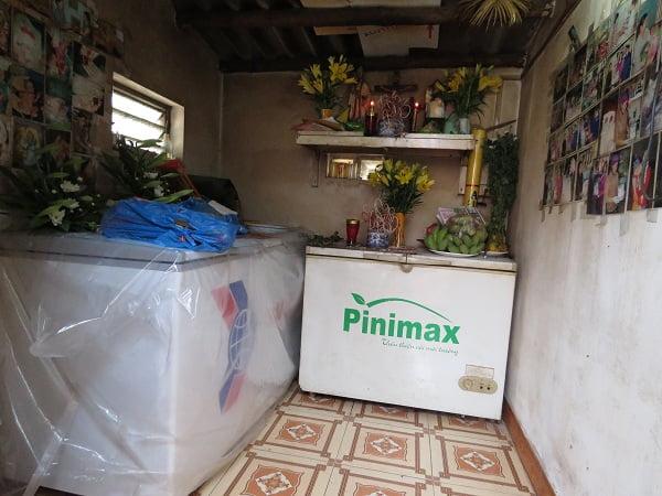 Hai chiếc tủ lạnh được nhà hảo tâm ủng hộ chị Cúc để bảo quản hài nhi. Ảnh: ML