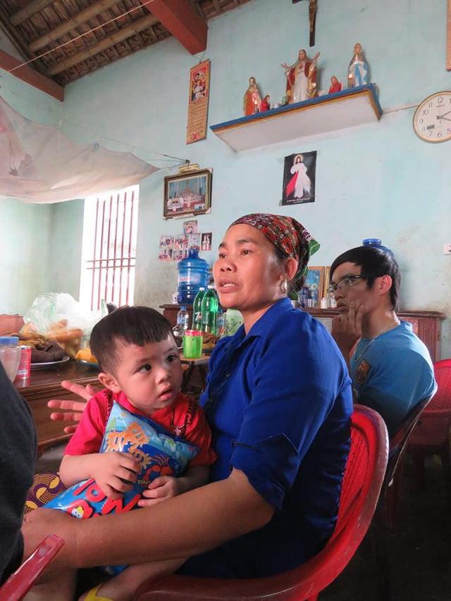 Chị Cúc đang kể lại cuộc hành trình đến với các em trong một lần nhặt rác. Ảnh: ML