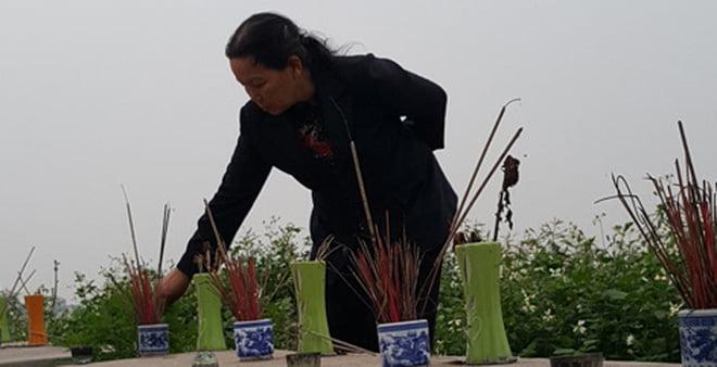 Nấm mồ từng chôn hài nhi được gia đình ở Dốc Sàn đón về
