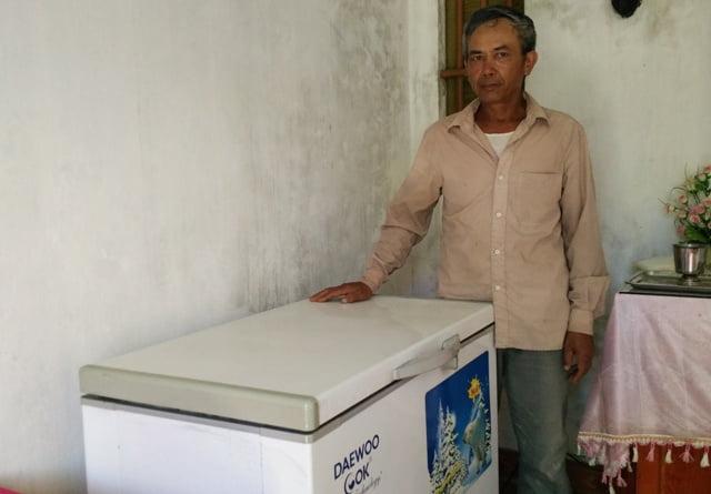 Xin được các thai nhi ở các phòng khám, ông Trọng đưa về bảo quản trong tủ đông lạnh trước khi đem chôn cất.