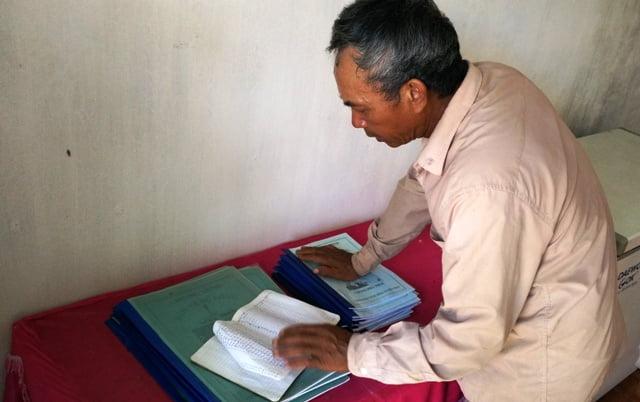 Trong cuốn sổ nhỏ, ông Trọng ghi rõ ngày tháng tiếp nhận thai nhi, người đưa về, và tên tuổi từng cháu do chính ông đặt.