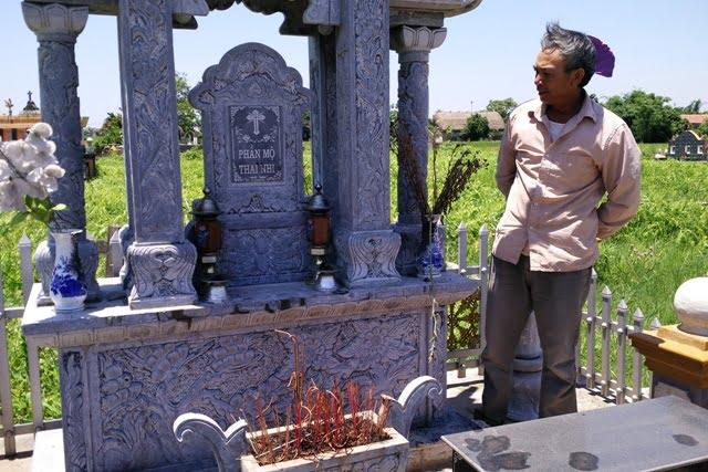Ông Đinh Văn Trọng bên ngôi mộ tập thể chôn hàng nghìn thai nhi xấu số sau gần chục năm thu gom được