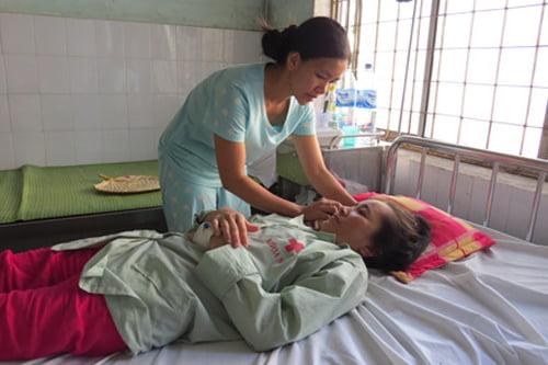 Sau 18 năm hiếm muộn, ngày biết tin có thai cũng là ngày chị Hiền được bác sĩ thông báo chị đang bị ung thư vú giai đoạn 3. (Ảnh: Chị Hiền đang được người nhà chăm sóc tại bệnh viện)