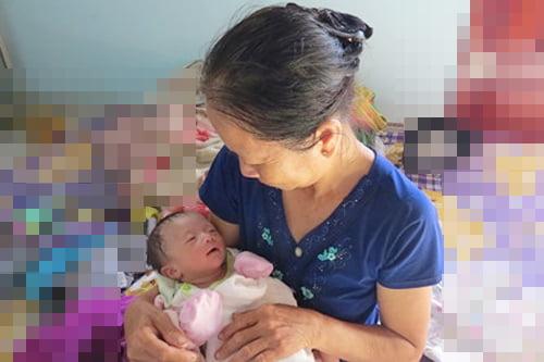 Em bé của chị Hiền chào đời nặng 1.8kg.
