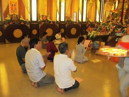 Rất nhiều những ông bố bà mẹ đang quỳ trước tượng Phật thờ con mình.