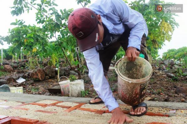 Anh Ngọc (30 tuổi) - cháu của ông Phúc là người thường xuyên túc trực ở nghĩa trang để thay ông chăm lo các phần mộ.
