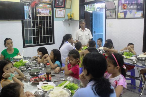 Chăm lo các bữa ăn hàng ngày cho những đứa trẻ.