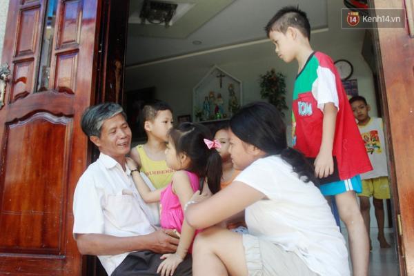 Ông Phúc vui vẻ bên cạnh những đứa trẻ mồ côi mà mình đã bao bọc, nuôi dưỡng